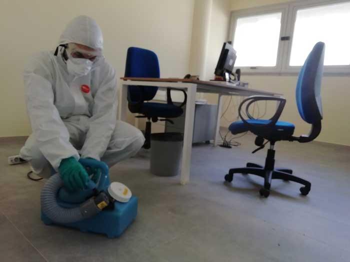operatore saniform effettua una sanificazione speciale